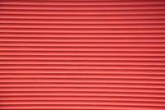 Popierać kogoś stora metalu żaluzj czerwony tło fotografia stock