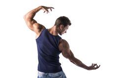 Popiera atrakcyjny bodybuilder w koszulce i cajgach Fotografia Royalty Free