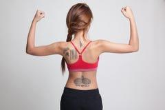 Popiera Azjatycka zdrowa dziewczyna w sport sukni przewodu bicep Zdjęcia Stock