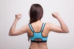 Popiera Azjatycka zdrowa dziewczyna w sport sukni przewodu bicep Fotografia Stock