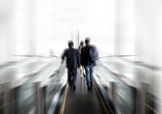 Popiera biznesmen rozmowa i chodzi na windzie Zdjęcia Royalty Free