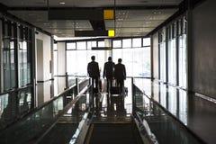 Popiera biznesmen rozmowa i chodzi na windzie Fotografia Royalty Free