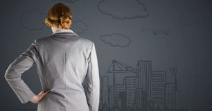 Popiera biznesowa kobieta przeciw popielatemu tła i miasta doodle Obraz Stock