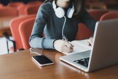 Popiera edukaci szkolnej wiedzy szkoły wyższa uniwersytecki pojęcie, Piękny uśmiechnięty żeński uczeń używa online edukaci usługa obraz royalty free