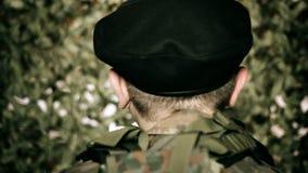Popiera głowa żołnierz przed kamuflaż siecią zbiory