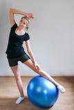 popiera jej nogi target250_1_ kobiety młode Zdjęcia Stock