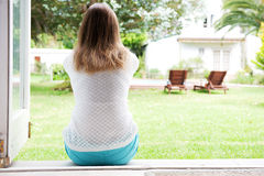 Popiera kobiety obsiadanie i przyglądający outside Zdjęcie Royalty Free