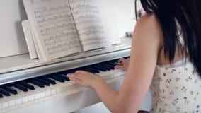 Popiera młoda kobieta bawić się pianino w jaskrawym pokoju zbiory