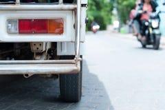 Popiera minibus na drodze obraz stock