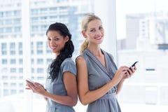 Popiera popierać bizneswomanów texting wiadomości Obraz Stock