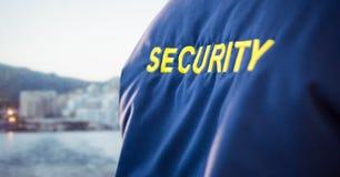Popiera pracownik ochrony kurtka przeciw rozmytej linii horyzontu Obraz Royalty Free