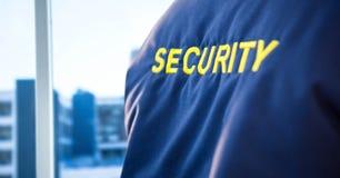 Popiera pracownik ochrony kurtka przeciw rozmytemu nadokiennemu pokazuje miastu Zdjęcia Stock