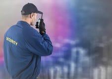 Popiera pracownik ochrony z walkie talkie przeciw rozmytej ścianie z miasta nakreśleniem Zdjęcia Royalty Free