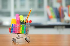Popiera szkoła i edukacj pojęcia z wózek na zakupy fotografia stock