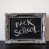 Popiera szkoła, kreda w rocznik ramie Tekst na chalkboard zdjęcia royalty free
