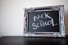 Popiera szkoła, kreda w rocznik ramie Tekst na chalkboard obrazy royalty free