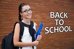 Popiera szkoła - piękna uśmiechnięta nastoletnia dziewczyna z plecakiem obraz stock