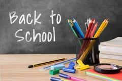 Popiera szkoła pisać na blackboard z wieloskładnikowymi materiały rzeczami obraz stock