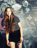 Popiera szkoła po wakacji, śliczna nastoletnia dziewczyna w sala lekcyjnej Obrazy Stock