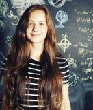Popiera szkoła po wakacji, śliczna nastoletnia istna dziewczyna w sala lekcyjnej Zdjęcia Stock