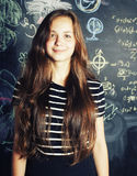 Popiera szkoła po wakacji, śliczna nastoletnia istna dziewczyna w sala lekcyjnej Obraz Royalty Free
