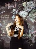 Popiera szkoła po wakacji, śliczna nastoletnia istna dziewczyna w sala lekcyjnej, stylu życia pojęcia ludzie Obraz Stock