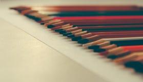 Popiera szkoła, pojęcie od barwionych ołówków na żółtym tle od textured papieru dla kreślić Zabarwiający w modnym i fotografia stock