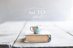 Popiera szkoła pomysł, książka i inskrypcja, zdjęcie royalty free