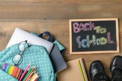 Popiera szkoła tekst na czarnej kredowej desce z torbą Zdjęcia Royalty Free