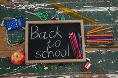 Popiera szkoła tekst pisać na chalkboard z różnorodnym materiały i jabłkiem Obraz Royalty Free