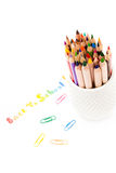 Popiera szkoła teksta i kredki tęczy ołówki nad białym backg Obraz Royalty Free