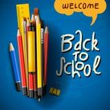 Popiera szkoła tytułu słowa z realistycznymi szkolnymi rzeczami z barwionymi ołówkami, piórem i władcą w błękitnym tle, wektor Zdjęcia Stock