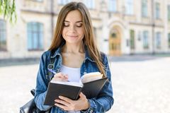 Popiera szkoła! 1 Wrzesień! Ludzie osoba stylu życia pojęcia Zamyka w górę fotografia portreta piękna dosyć z podnieceniem rozoch zdjęcia stock