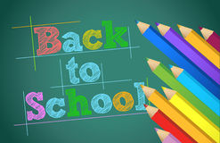 Popiera szkoła z kolorów ołówkami nad chalkboard Zdjęcia Royalty Free