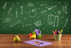 Popiera szkoły chalkboard i barwi ołówki Zdjęcia Royalty Free