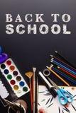 Popiera szkoły pojęcia teksta bielu kreda na czerni desce, kolorowej obraz stock
