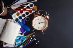 Popiera szkoły pojęcie, kolorowi ołówek farb muśnięć nożyce obrazy royalty free
