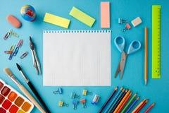 Popiera szkoły pojęcie na błękitnym tekstura papieru tle fotografia stock