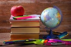 Popiera szkoły pojęcie na drewnianym tle fotografia royalty free