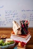 Popiera szkoły pojęcie, szkolne dostawy, ciastka i lunchbox nad białym chalkboard, selekcyjna ostrość, zakończenie Obraz Stock