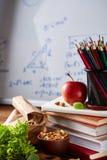 Popiera szkoły pojęcie, szkolne dostawy, ciastka i lunchbox nad białym chalkboard, selekcyjna ostrość, zakończenie Zdjęcia Royalty Free