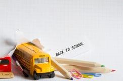 Popiera szkoły tła pojęcie z autobusem i akcesoriami zdjęcie stock