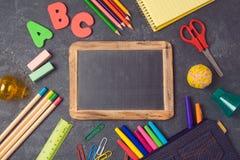 Popiera szkoły tło z chalkboard i szkolnymi dostawami na widok Obraz Stock