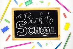Popiera szkoła bielu kredy literowanie na blackboard z kolorowymi sztuk dostawami Plecy szkolnego sztandaru szablon Obraz Royalty Free