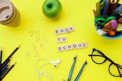 Popiera szkoła drewniani bloki z szkolnymi dostawami i zielenieje appl Zdjęcia Royalty Free