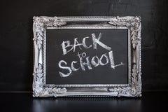 Popiera szko?a, kreda w rocznik ramie Tekst na chalkboard fotografia royalty free