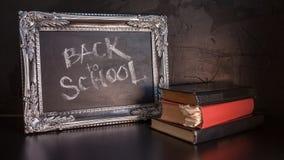 Popiera szko?a, kreda w rocznik ramie Tekst na chalkboard i sterta podr?czniki fotografia royalty free