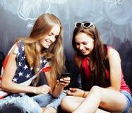 Popiera szkoła po wakacji, dwa nastoletniej istnej dziewczyny w cl Zdjęcia Stock