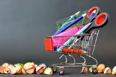 Popiera szkoła: Szkolne dostawy w wózek na zakupy Obrazy Royalty Free