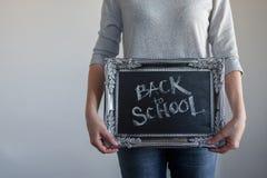 Popiera szko?a, tekst na chalkboard w rocznik ramie zdjęcie stock